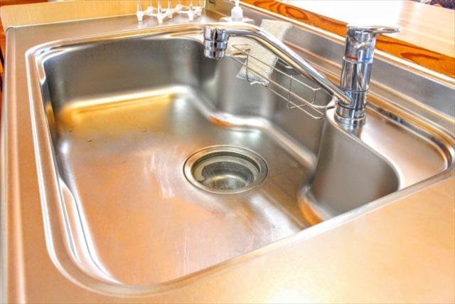 キッチンのシンクが錆びる原因と防ぐ方法